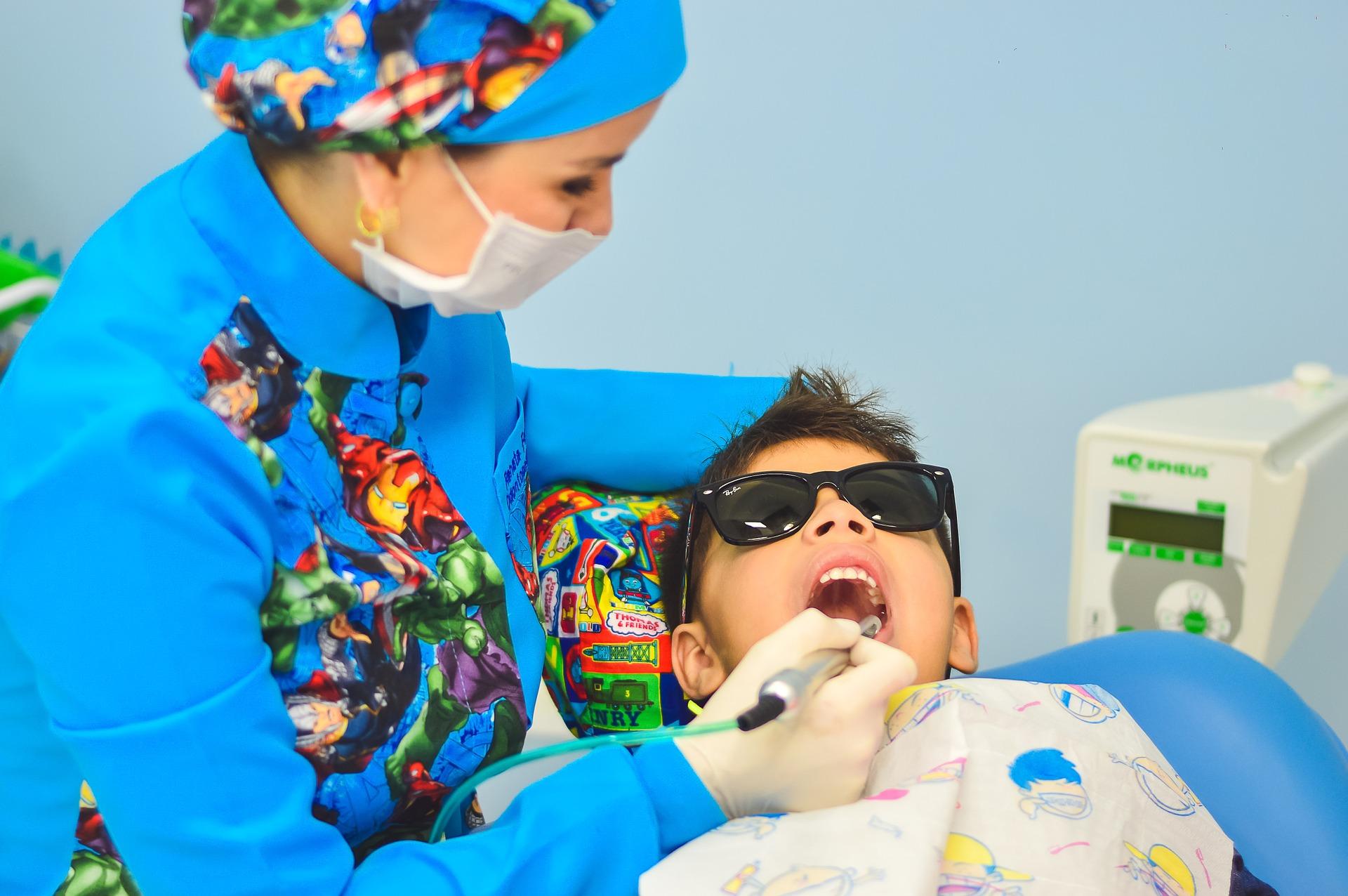 A quel âge commencer à emmener un enfant chez le dentiste ?